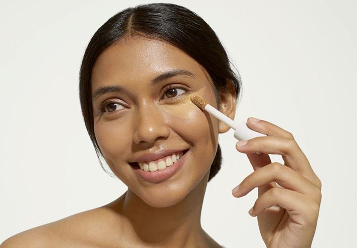 Ini 5 Alasan Wajib Ada Concealer di Tas Makeup Kamu